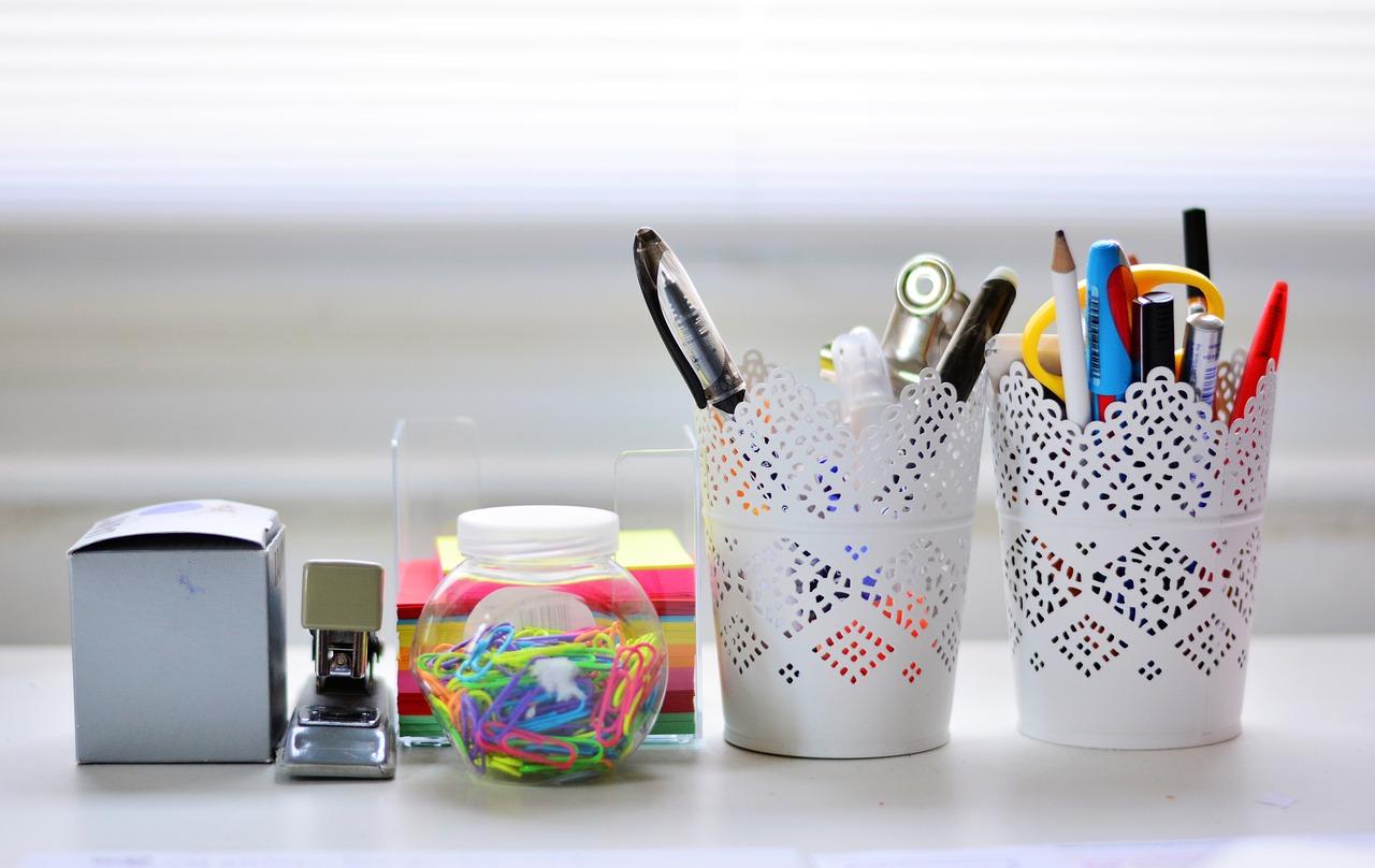 Bleistifte, Notizblöcke und andere Büroartikel