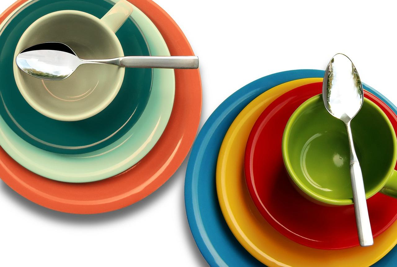 Teller und Tassen mit Logo